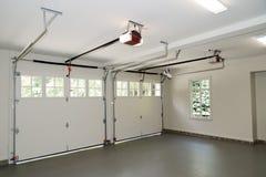 Intérieur de garage de deux véhicules Photographie stock libre de droits