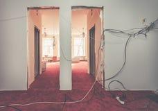 Intérieur de hall d'appartement avec les fils électriques provisoires pendant la hausse ou la retouche, rénovation, extension photo stock
