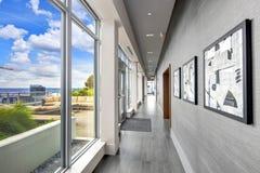 Intérieur de hall de logement avec la plate-forme luxueuse donnant sur Seattle Images stock