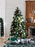 Intérieur de Joyeux Noël avec le pin vert photos stock