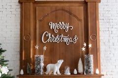 Intérieur de Joyeux Noël avec le pin vert images libres de droits
