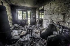 Intérieur de l'brûlé par l'appartement du feu dans un immeuble, meubles brûlés Images stock