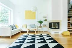 Intérieur de l'espace ouvert avec le sofa Photo libre de droits
