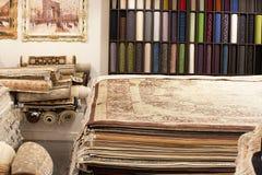 Intérieur de la boutique de tapis Photo stock