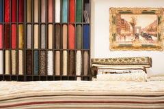 Intérieur de la boutique de tapis image stock
