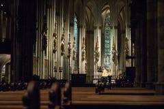 Intérieur de la cathédrale de Cologne dans l'obscurité image libre de droits