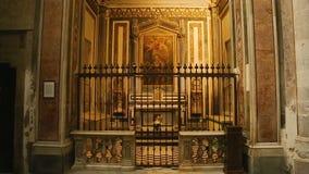 Intérieur de la cathédrale de l'acceptation de Mary, vue sur l'autel antique, religion banque de vidéos