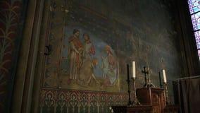 intérieur de la cathédrale de Notre Dame de Paris avec l'icône et la statue de Jésus banque de vidéos