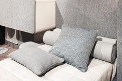 Intérieur de la chambre à coucher confortable blanche et grise photographie stock libre de droits