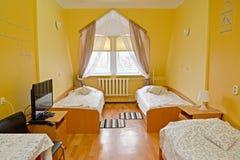 Intérieur de la chambre d'hôtel triple dans des tons jaunes images stock