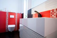 Intérieur de la salle de bains blanche et rouge image libre de droits