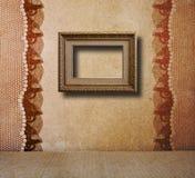 Intérieur de la vieille salle avec les restes de l'ancienne beauté Photographie stock libre de droits