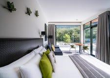 Intérieur de luxe de chambre à coucher à la loge de Milford Sound photographie stock libre de droits