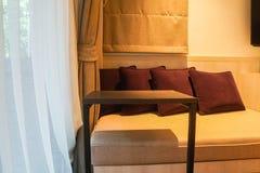 Intérieur de luxe de chambre à coucher de sofa intégré avec le coussin et de table mobile pour le petit déjeuner et le café photos libres de droits