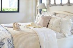 Intérieur de luxe de chambre à coucher avec l'ensemble décoratif sur le lit photographie stock libre de droits