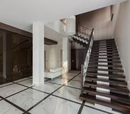 Intérieur de luxe de hall avec la garde-robe d'escalier et en verre Photos libres de droits