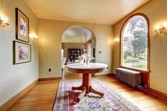 Intérieur de luxe de maison d'entrée avec la table ronde. photographie stock