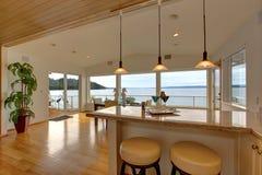 Intérieur de luxe de maison Plan de travail de barre avec des tabourets et l'AR de diner Image stock