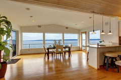 Intérieur de luxe de maison Salle à manger élégante lumineuse avec du Ba scénique Images libres de droits