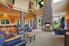 Intérieur de luxe de maison Salle de séjour avec la cheminée photo stock