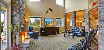 Intérieur de luxe de maison Salle de séjour avec la cheminée images stock