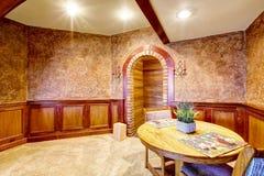 Intérieur de luxe de salle à manger avec l'équilibre et la moquette en bois Photographie stock