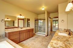 Intérieur de luxe de salle de bains avec l'équilibre de granit et deux coffrets de vanité photographie stock libre de droits