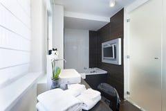 Intérieur de luxe de salle de bains avec la TV fixée au mur photo stock