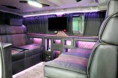 Intérieur de luxe de voiture avec l'affichage à cristaux liquides TV Photos stock
