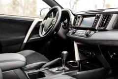 Intérieur de luxe de voiture de prestige, tableau de bord, volant photos stock