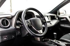 Intérieur de luxe de voiture de prestige, tableau de bord, volant photo libre de droits