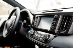 Intérieur de luxe de voiture de prestige, tableau de bord, volant image stock