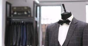 Intérieur de magasin d'habillement du ` s des hommes Costumes du ` s d'hommes Chemises du ` s d'hommes Boutique chère Vêtements d banque de vidéos