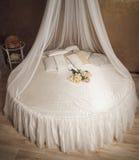 Intérieur de maison avec le lit blanc de cercle avec l'auvent Image libre de droits