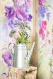 Intérieur de maison de campagne de vintage avec une table avec un vase et des flovers Image libre de droits