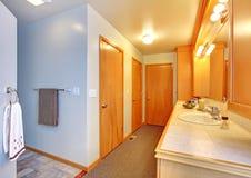 Intérieur de maison de salle de bains avec beaucoup de trappes. Photos libres de droits