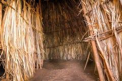 Intérieur de maison traditionnelle et tribale africaine, Kenya Photos stock