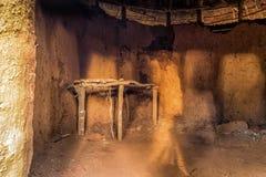 Intérieur de maison traditionnelle et tribale africaine, Kenya Photo stock