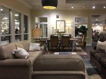 Intérieur de marché moderne gentil de meubles image stock