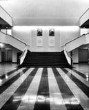 Intérieur de musée Regard artistique en noir et blanc Image stock