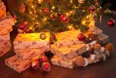 Intérieur de Noël avec des cadeaux Photo libre de droits