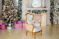 Intérieur de Noël avec une cheminée Photo stock
