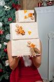 Intérieur de Noël La fille tient des boîtes Image libre de droits