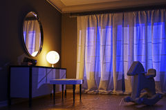 Intérieur de nuit dans un style moderne avec une lampe peu commune Photos libres de droits