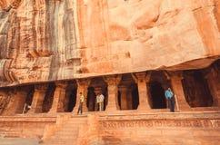 Intérieur de observation de personnes indiennes de la caverne antique avec le temple hindou du 6ème siècle Photos stock