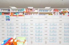 Intérieur de pharmacie moderne avec des médecines, des cosmétiques et des produits pour des soins de santé sur des étagères en Ru Photo stock
