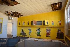 Intérieur de pièce abandonnée d'école Images stock