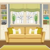 Intérieur de pièce avec le divan au-dessous de la fenêtre et des bibliothèques Photographie stock