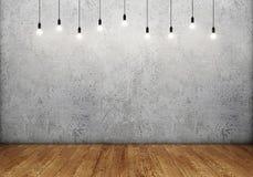 Intérieur de pièce avec le mur en béton vide, les rétros ampoules et le plancher en bois Images stock