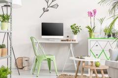Intérieur de pièce avec un espace minimaliste pour le travail Image stock